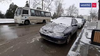 Водителей в Крыму и Севастополе просят воздержаться от поездок на авто из-за гололёда