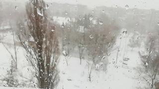 Новогоднее настроения поднимается такой прекрасный снежок. Слышна сирена по городу.