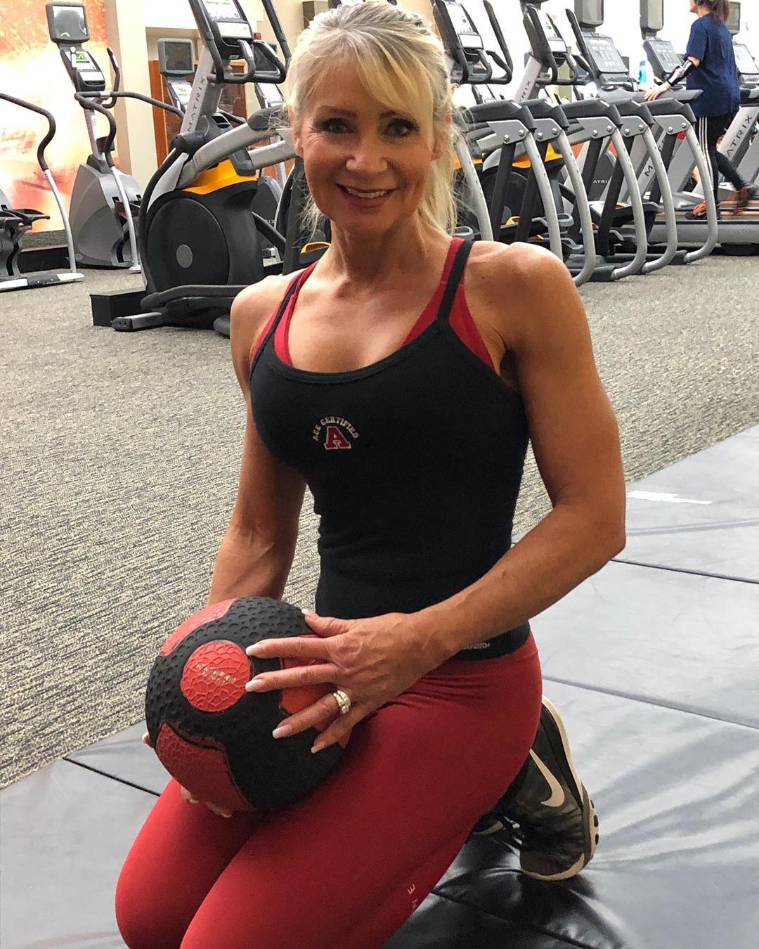 Этой женщине 62 года, но она даст фору любой молодой девушке с такими формами