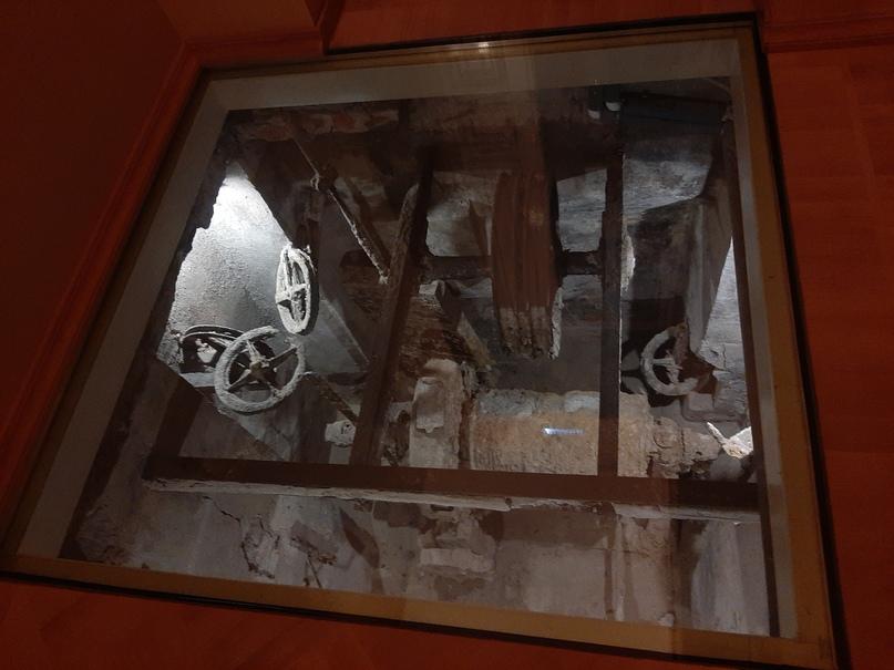Остатки более позднего электрического подъёмника фирмы «Карл Флор»