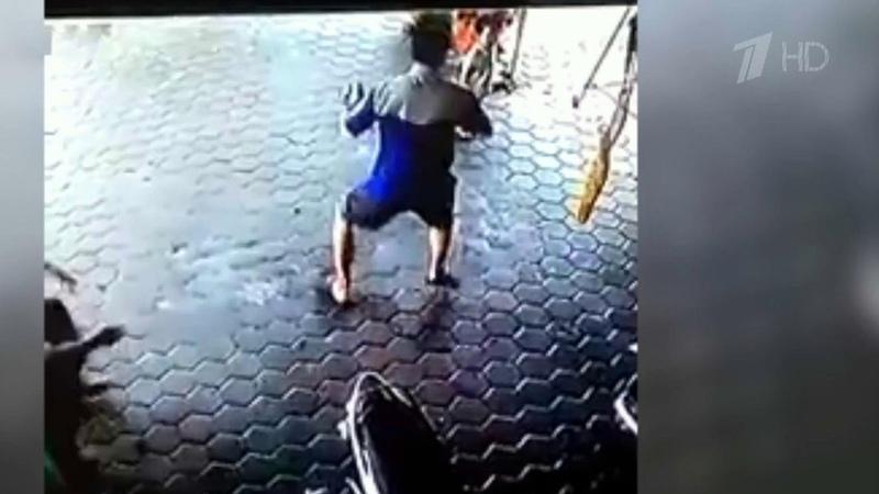 Впоследний миг сумел спасти двоих детей из под колес автомобиля житель Индонезии Новости Первый канал