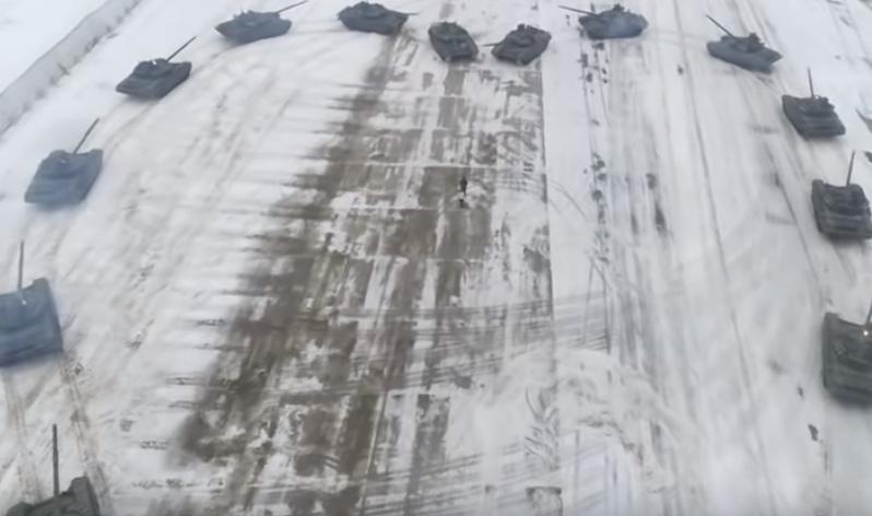 Российский военный сделал девушке предложение с помощью танков