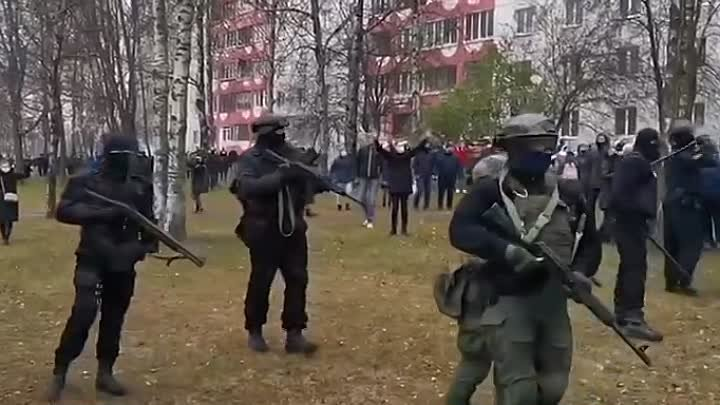Убейте всех Жуткое видео снятое на проспекте Любимова Силовики напали на женщину с БЧБ флагом и повалили ее на землю другие женщины бросились ее защищать Рядом грохочут взрывы ❕LIVE❗️NEWS❕