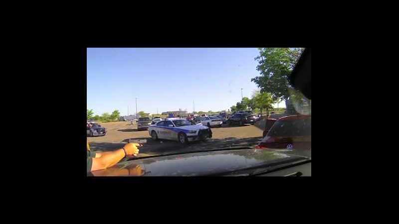 18 В США в офис шерифа позвонила женщина сообщившая что в припаркованном около супермаркета Walmart автомобиле видела подозр