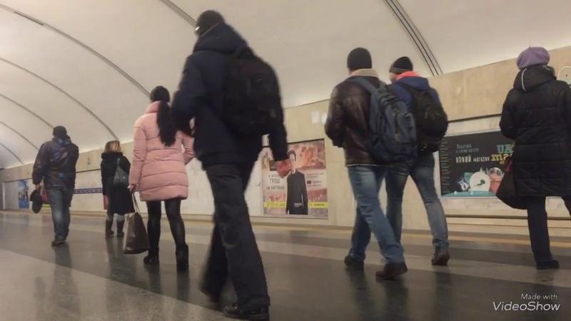 прибуття поїздів на станцію виставковий центр