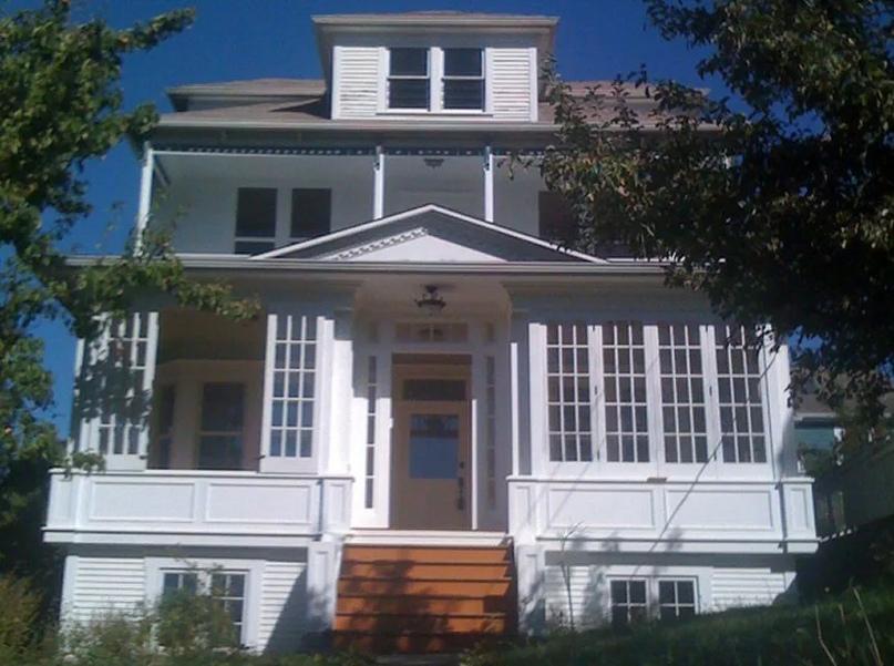 Белому квадрату с солнечной верандой нужен цвет !. Фото любезно предоставлено домовладельцем Дженнифер Мейерс.