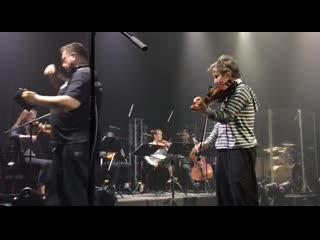 Сурганова и Оркестр в Южно-Сахалинске: саундчек ()