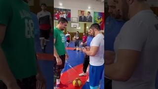 Шамиль Омаров и Абдулрашид Садулаев вручили удостоверения борцам спортшколы