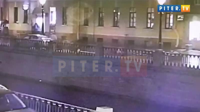 Каршеринг вдребезги разбил скамейку на набережной канала Грибоедова