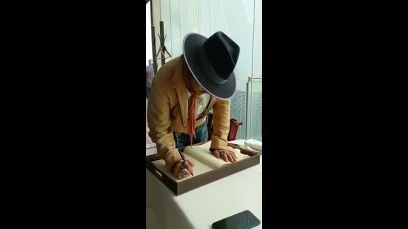 Джонни Депп в ресторане Mikel Santamaria