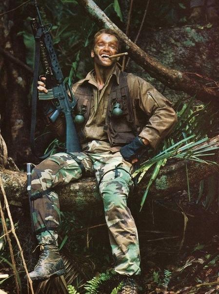 "На фото: Арнольд Шварценеггер на съемках фильма ""Хищник""."