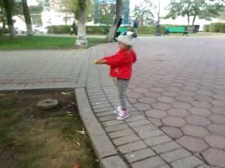 То ли воробьев кормить,то ли самой кушать)))ну очень они были наглые