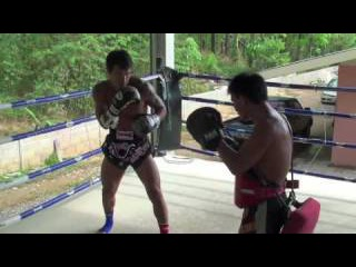 MMA Superstar Roger Huerta trains with Kru Rattanachai