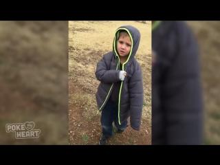 Маленький мальчик встречает свою потерявшуюся собаку