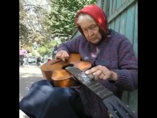 Бабулька отжигает на гитаре