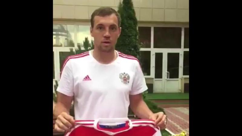 Сборная России по футболу подарила футболку Хабиба Нурмагомедову