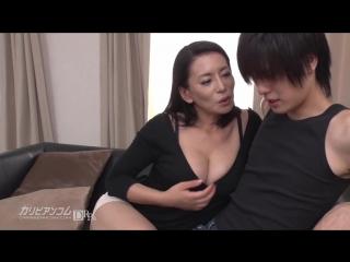 Школьник трахнул очень красивую мамку. японская зрелая мамочка соблазнила молодого парня. большие натуральные сиськи milf mature