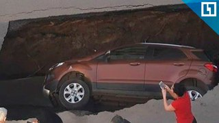 Машина провалилась под землю в Ростове