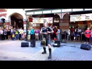 Уличные музыканты / street musican ac/dc на волынке