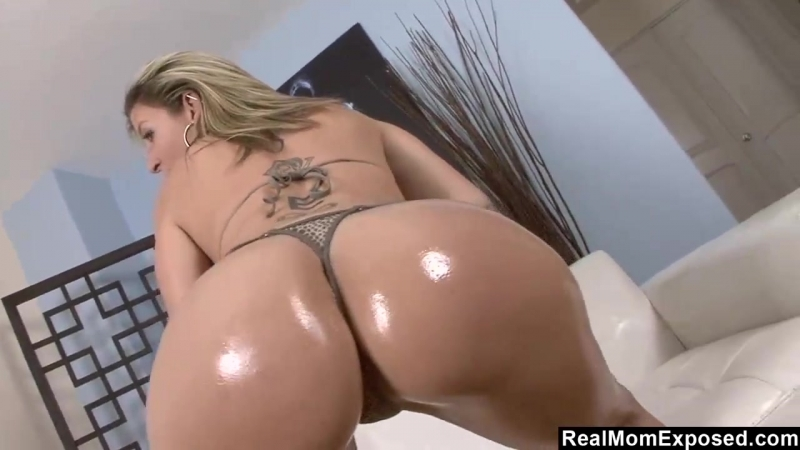 Hot milf sara jay sticks her fingers in her pussy squirts