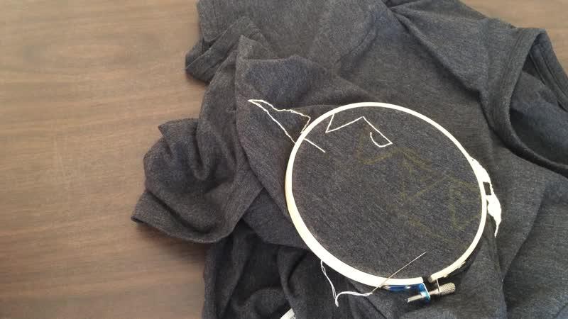 Процесс создания вышивки на футболке