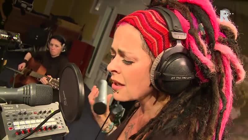 Dilana Smith - Falling apart (Live uit Lloyd)