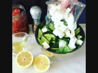 Салат с вялеными помидорами и сыром