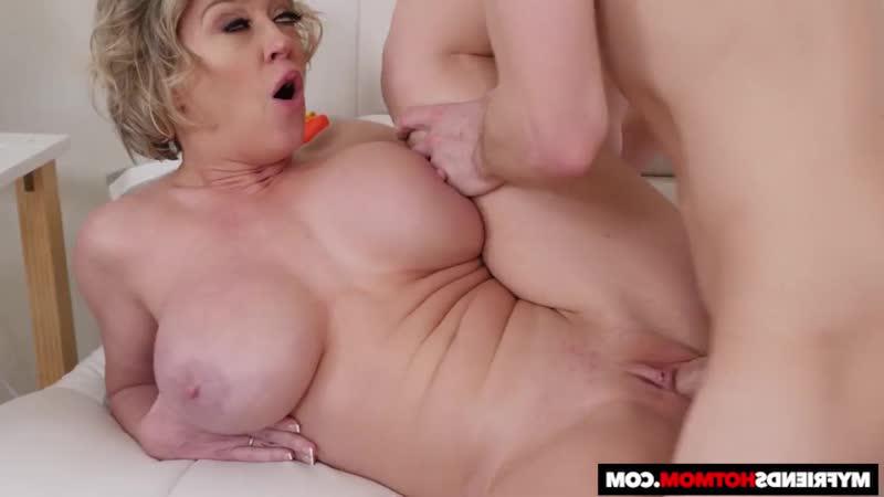 [My Friends Hot Mom] Naughty America - Dee Williams gets oiled up before banging Горячая милфа в масле с огромными сиськами