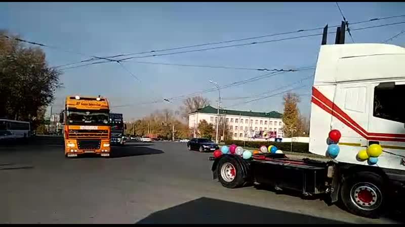 Нарядные фуры и грузовики проехались по Новосибирску в честь рождения сына у одного из дальнобойщиков