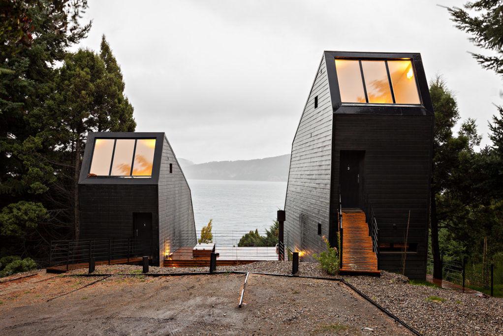 Дома-близнецы наберегу озера Науэль-Уапи
