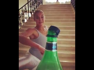 Анастасия Волочкова открыла бутылкой ногой в пуантах