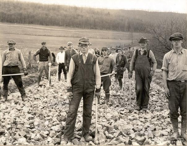 Рабочие на укладке дорожной подушки в защитных очках, вблизи Алтуна, 1936 год. В начале 30-х годов законодательный орган штата Пенсильвания финансировал строительство более 20 000 миль сельских