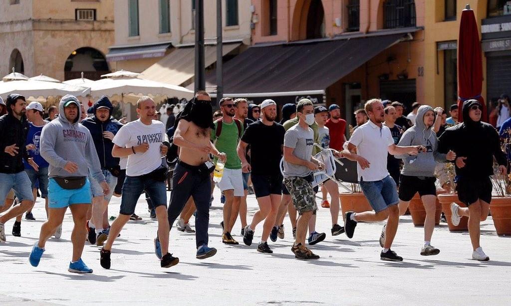 Беспорядки в Марселе на Евро-2016. Павел Косов - второй слева в белой футболке