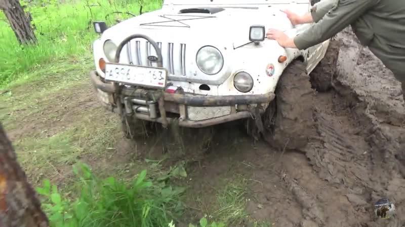 Чероки по грязи в жёсткой колее Jeep Cherokee in deep mud