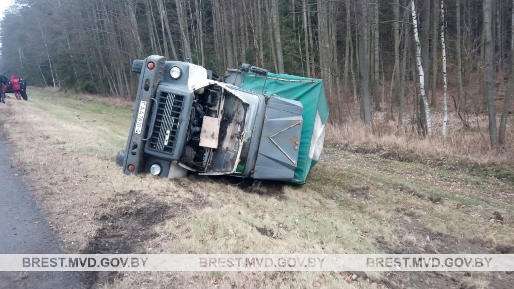 В Ивацевичском районе столкнулись два автомобиля. Один съехал в кювет, где опрокинулся