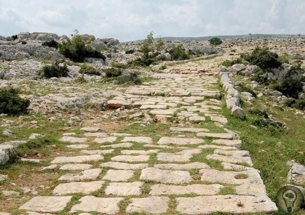 В чем секрет долговечности римских дорог О римских дорогах известно всем, многие из них сохранились до наших дней, причём и сейчас они используются по назначению. Дворцы и стадионы римских