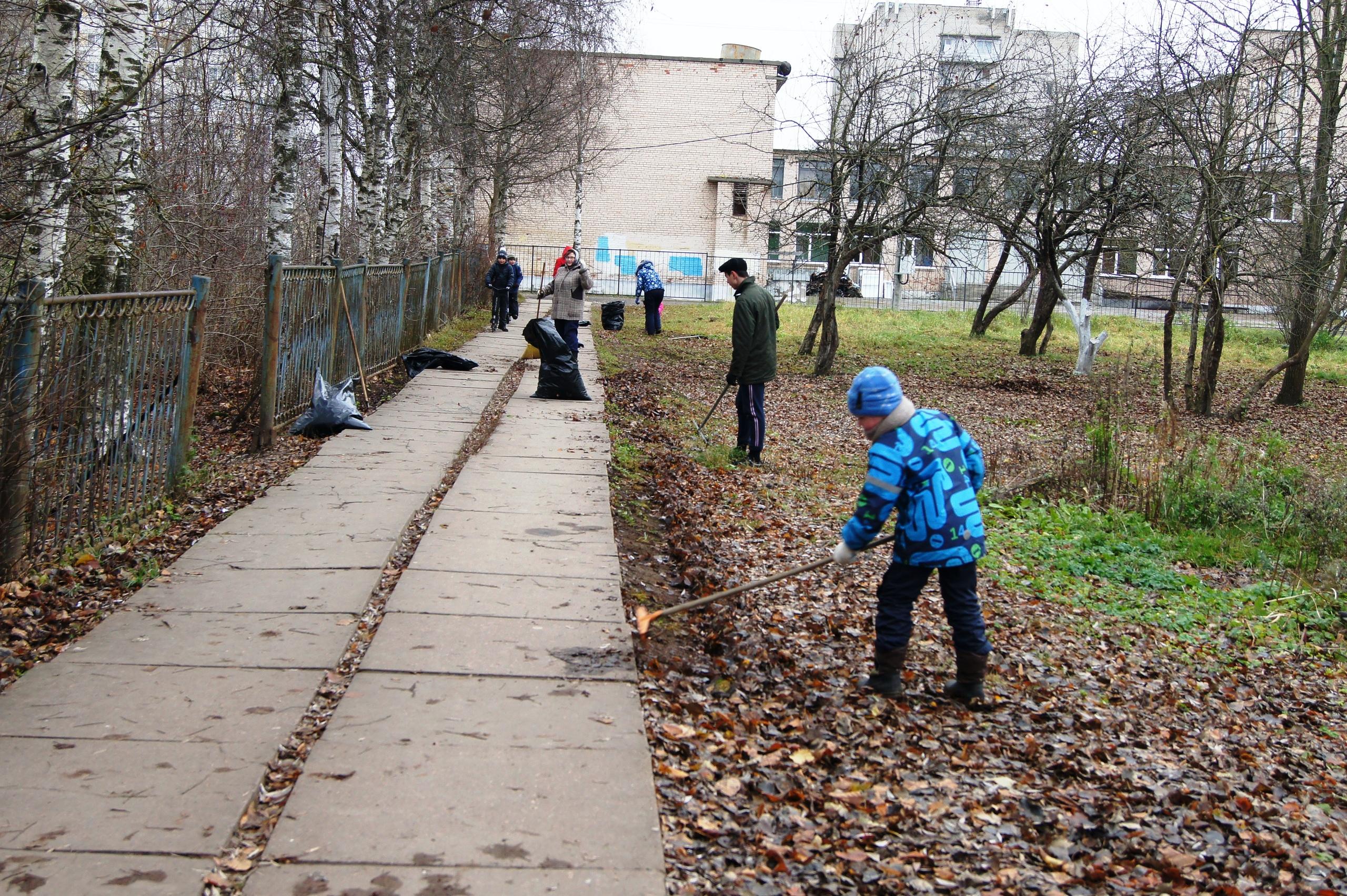 Сегодня священники и прихожане храма Святого Равноапостольного князя Владимира вместе с учителями и учениками 1-й школы, провели субботник в Яблоневом саду.