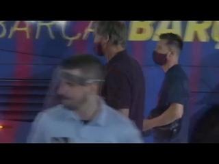 Фанаты ЗАКРИЧАЛИ игроков БАРСЕЛОНЫ, выходящих из автобуса