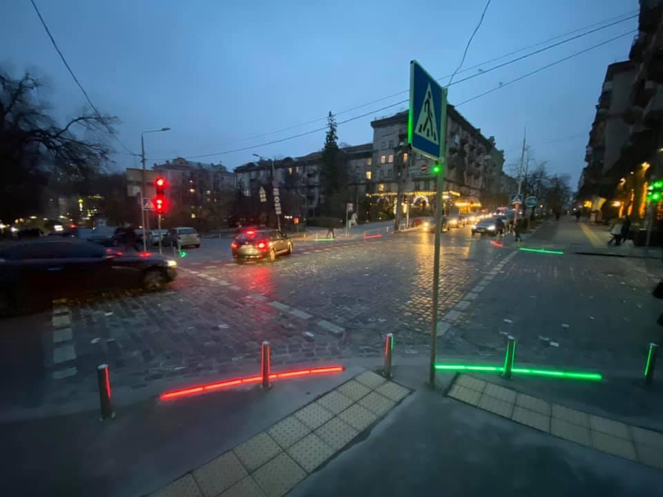 На одной из улиц Киева установили LED-камни, дублирующие сигнал светофора.