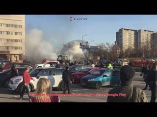 Смелый тракторист потушил горящие Жигули из поливалки в Москве