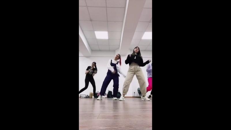 Катя Клэп танцует под BTS Kate Clapp Public