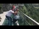 Люди сходят с ума от страха! Мост со стеклянным полом в Китае.