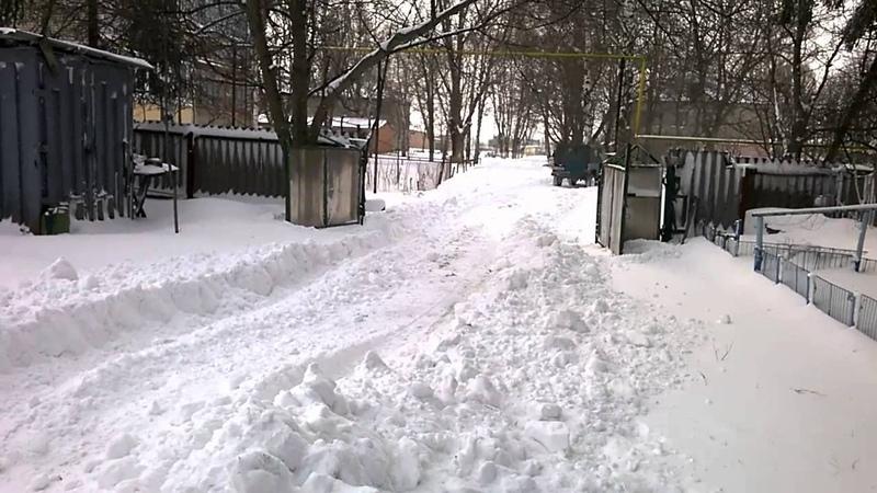 волынь с отвалом чистит снег