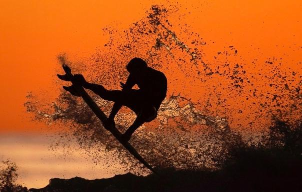 Сёрфер ловит волну в Кардиффе, Калифорния, наши дни. euters