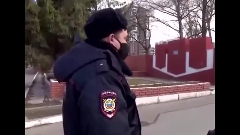 Мужчина нарушая самоизоляцию испугался полицейских и ушел на велосипеде оставив жену