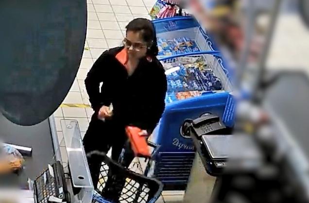 Эта женщина подозревается в оплате товара чужой картой