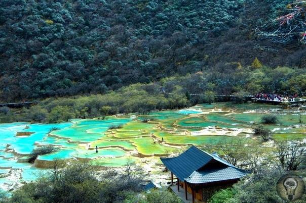 Хуанлун. Заповедник в Нгава-Тибетско-Цянском автономном округе, Китай. Заповедник Хуанлун или китайское Памуккале Увидеть разноцветные озера, травертиновые террасы, водопады и пещеры можно в