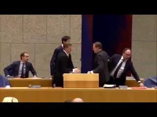 Глава Минздрава Нидерландов упал в обморок перед дискуссией о коронавирусе