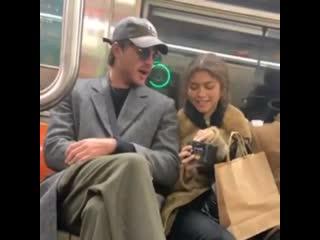 Зендая и Джейкоб Элорди в нью-йоркском метро.