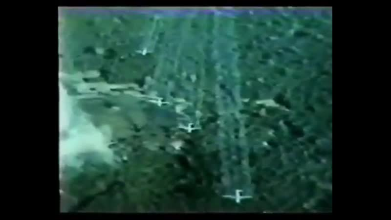 Aviones norteamericanos fumigando con Agente Naranja de Monsanto la selva vietnamita